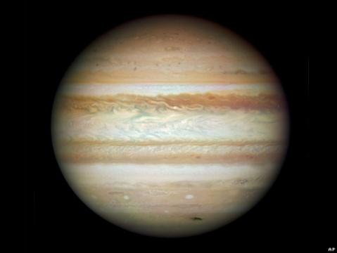 """El Hubble tomó esta imagen de Júpiter el pasado 23 de julio. Cerca del polo sur del planeta puede observarse una """"cicatriz"""" negra, que los científicos creen es el resultado de la colisión de un asteroide o un cometa."""